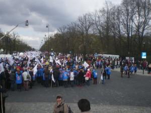 Ciekawe czy kamera na żurawiu widzi kres demonstracji?